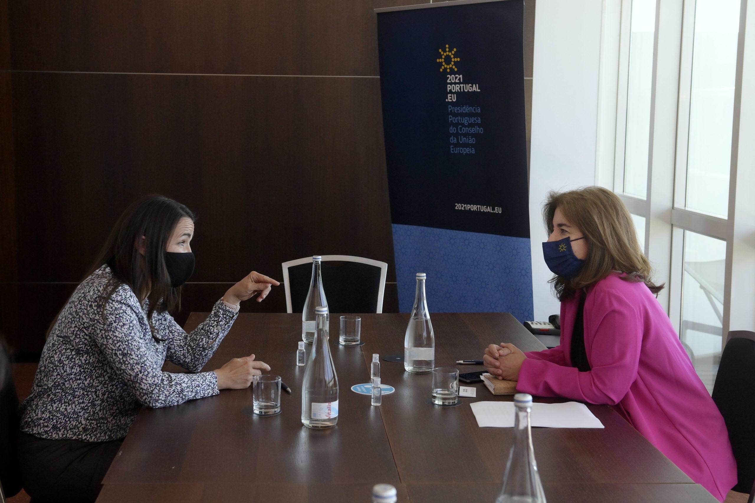Novák Katalin családokért felelõs tárcanélküli miniszter (b) megbeszélést folytat Ana Mendes Godinho portugál munkaügyért, szolidaritásért és szociális biztonságért felelõs miniszterrel Portóban 2021. május 6-án.