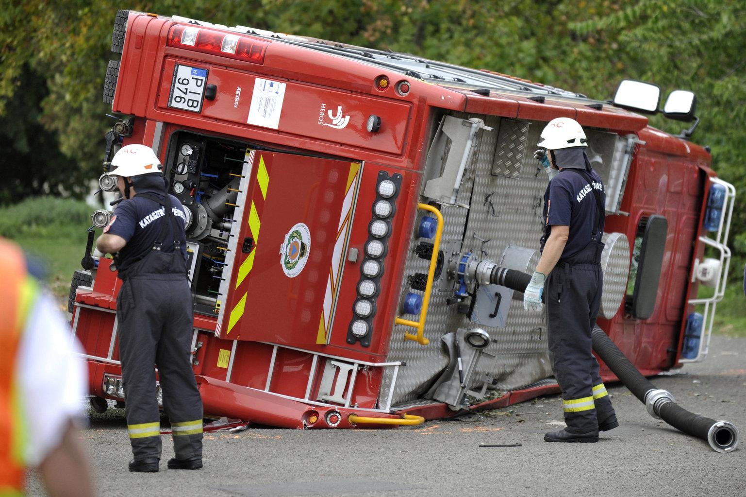 Oldalára borult tűzoltóautó Vácon 2019. szeptember 17-én (Fotó: MTI/Mihádák Zoltán)